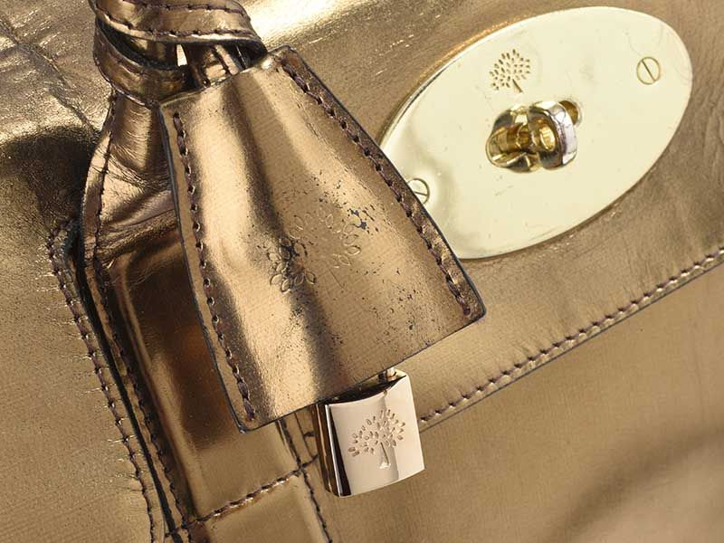 ... MULBERRY GOLD MIRROR METALLIC LEATHER BAYSWATER BAG at Ross s Online  Art Auctions 2b1b5501a3e0f