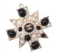 COSTUME PENDANT IN THE STYLE OF CHANEL at Ross's Jewellery Auctions
