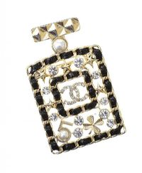 COSTUME BROOCH IN THE STYLE OF CHANEL at Ross's Jewellery Auctions