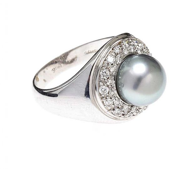 18CT WHITE GOLD DIAMOND AND PEARL RING at Ross's Online Art Auctions